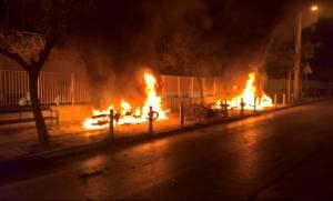 ΑΠΟΚΛΕΙΣΤΙΚΟ - Eπεισόδια στο Μετς: Στις φλόγες αυτοκίνητα και μηχανάκια (vid)