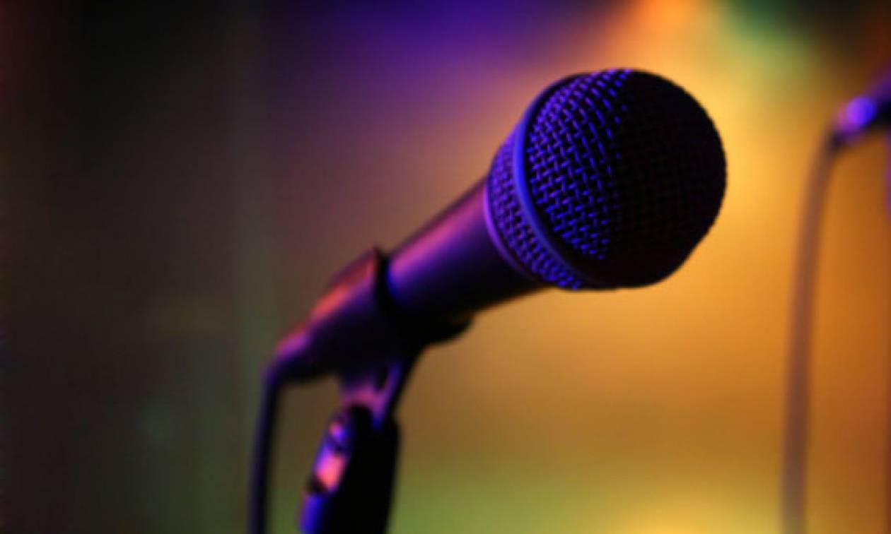 Κατέρρευσε επί σκηνής γνωστός τραγουδιστής (pic)