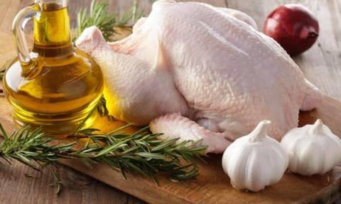 Γιατί δεν πρέπει να πλένετε το ωμό κοτόπουλο; Δείτε το βίντεο και θα καταλάβετε