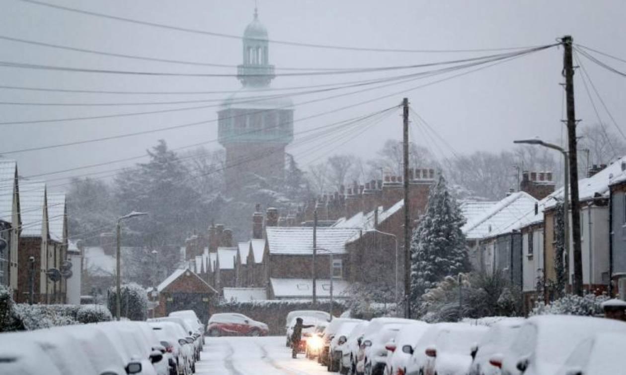 Στο έλεος του χιονιά η Βρετανία: Παρέλυσε η χώρα – Χάος στα αεροδρόμια (pics)