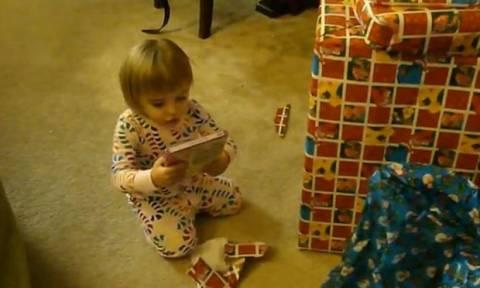 Η μικρή Alyssa ανοίγει τα Χριστουγεννιάτικα δώρα της - Δείτε την αντίδρασή της  (vid)