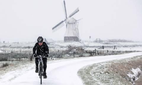Σφοδρή χιονόπτωση πλήττει την Ολλανδία: Εκατοντάδες πτήσεις ακυρώθηκαν - Δείτε LIVE εικόνα