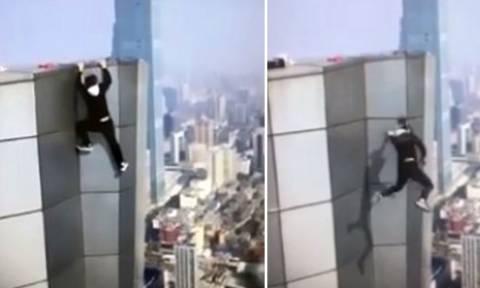 Σοκ: 26χρονος κατέγραψε το θάνατο του από ουρανοξύστη (video)
