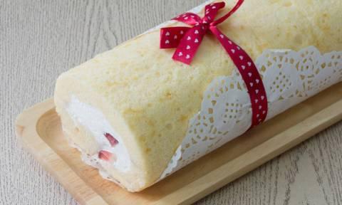 Η πιο τέλεια χριστουγεννιάτικη συνταγή για κορμό με σαντιγί και φρούτα φρουί γλασέ