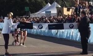 Συγκλονιστικό: Μαραθωνοδρόμος κατέρρευσε πριν τον τερματισμό - Τη βοήθησε άλλη δρομέας να βγει πρώτη