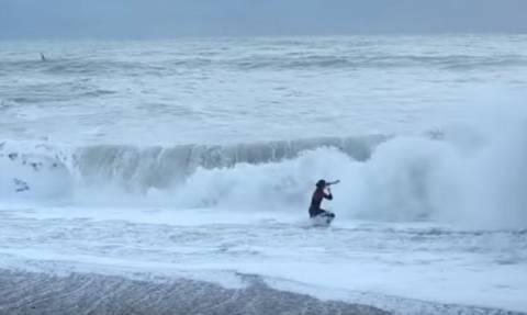 Συγκλονιστικό βίντεο: Βούτηξε στη φουρτουνιασμένη θάλασσα για να σώσει τον σκύλο της