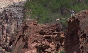 Αυτός ο άνδρας πήδηξε από καταρράκτη 30 μέτρων για τον πιο συγκινητικό λόγο (video)
