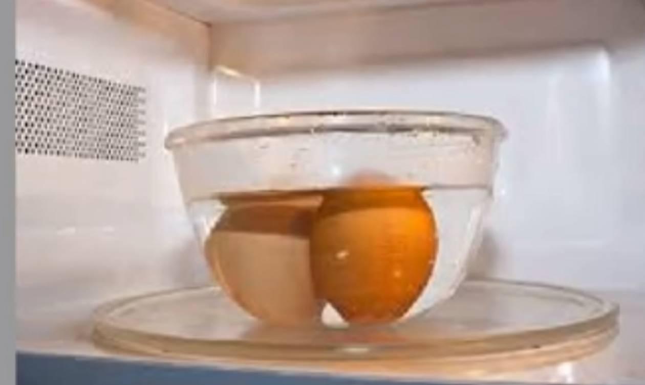 Μην βάλεις ΠΟΤΕ ένα βρασμένο αυγό στο μικροκυμάτων – Δες από τι κινδυνεύεις