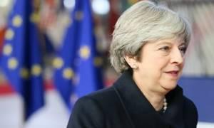 Μέι: Το Brexit δεν θα εκτροχιαστεί