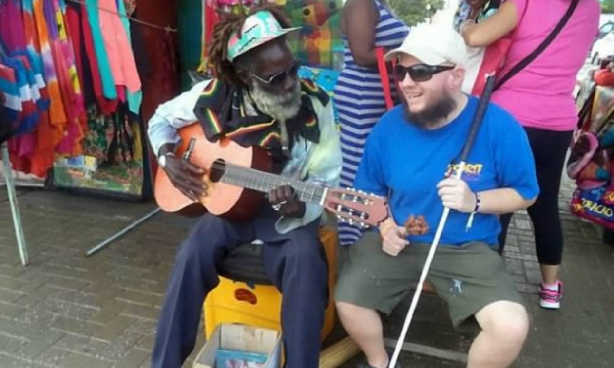 Τυφλός και κωφός ταξιδιώτης έχει επισκεφθεί μόνος του 125 χώρες (pics)