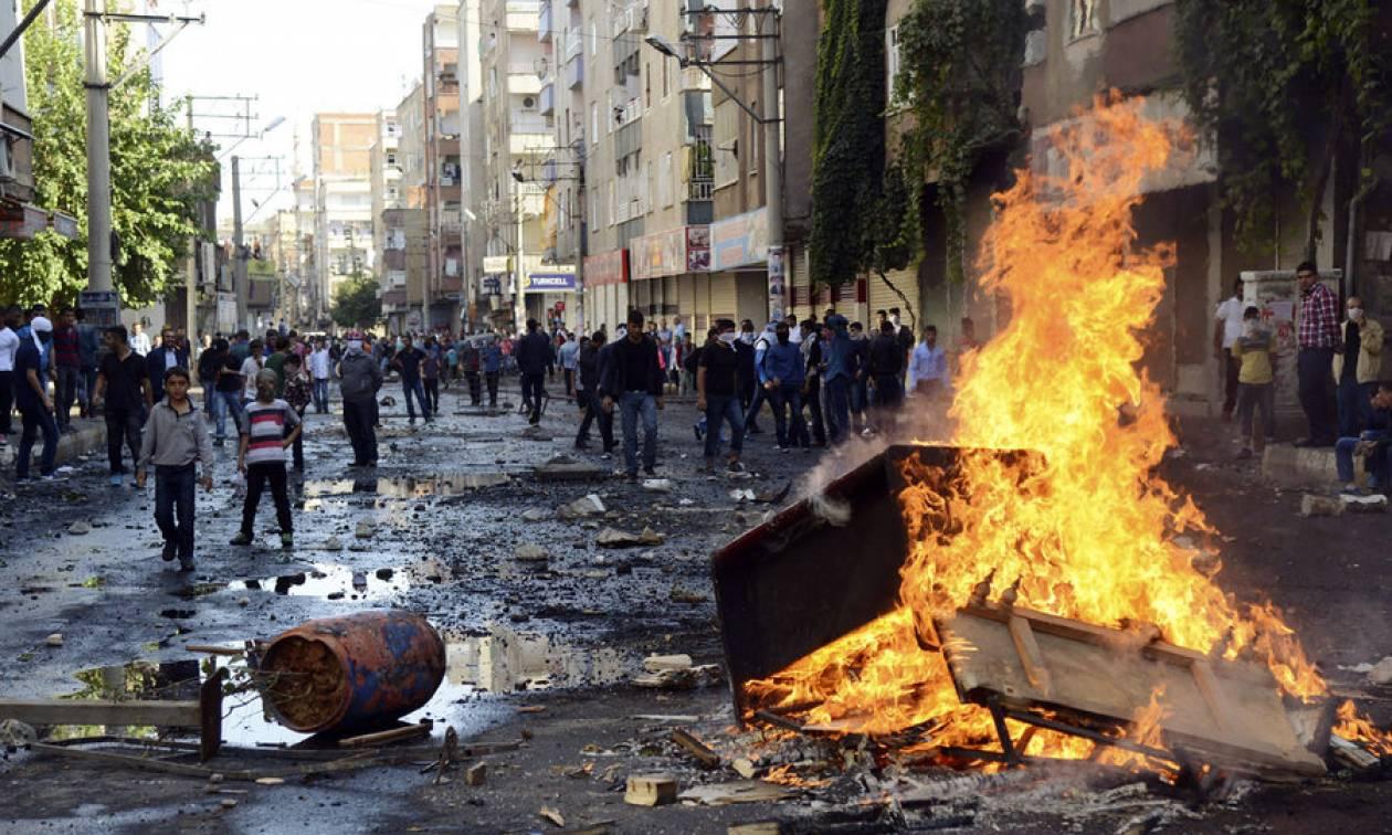 Σοβαρά επεισόδια στο Ιράκ: Διαδηλωτές έβαλαν φωτιά στις έδρες των μεγάλων κομμάτων (Vids)