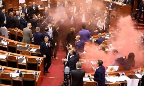 Πανδαιμόνιο στην αλβανική Βουλή – «Έπνιξαν» στα καπνογόνα την αίθουσα συνεδριάσεων (Vid)