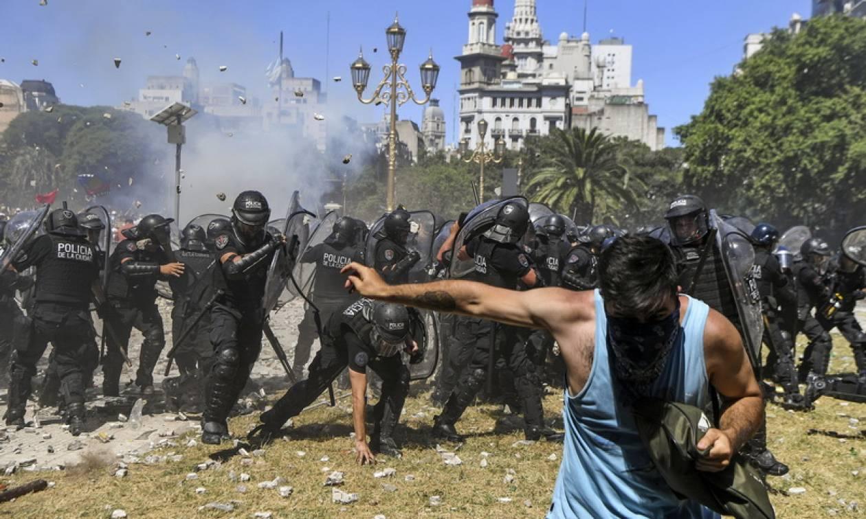 Αργεντινή: Μεγάλα επεισόδια στο Μπουένος Άιρες εναντίον της συνταξιοδοτικής μεταρρύθμισης (vids)