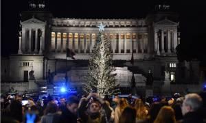 «Τους πήρε από κάτω»: «Έξαλλοι» οι κάτοικοι της Ρώμης για το καταθλιπτικό χριστουγεννιάτικο δέντρο