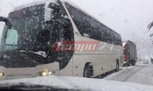 Καιρός LIVE – Εγκλωβισμένοι 34 επιβάτες λεωφορείου και οδηγοί στα Καλάβρυτα