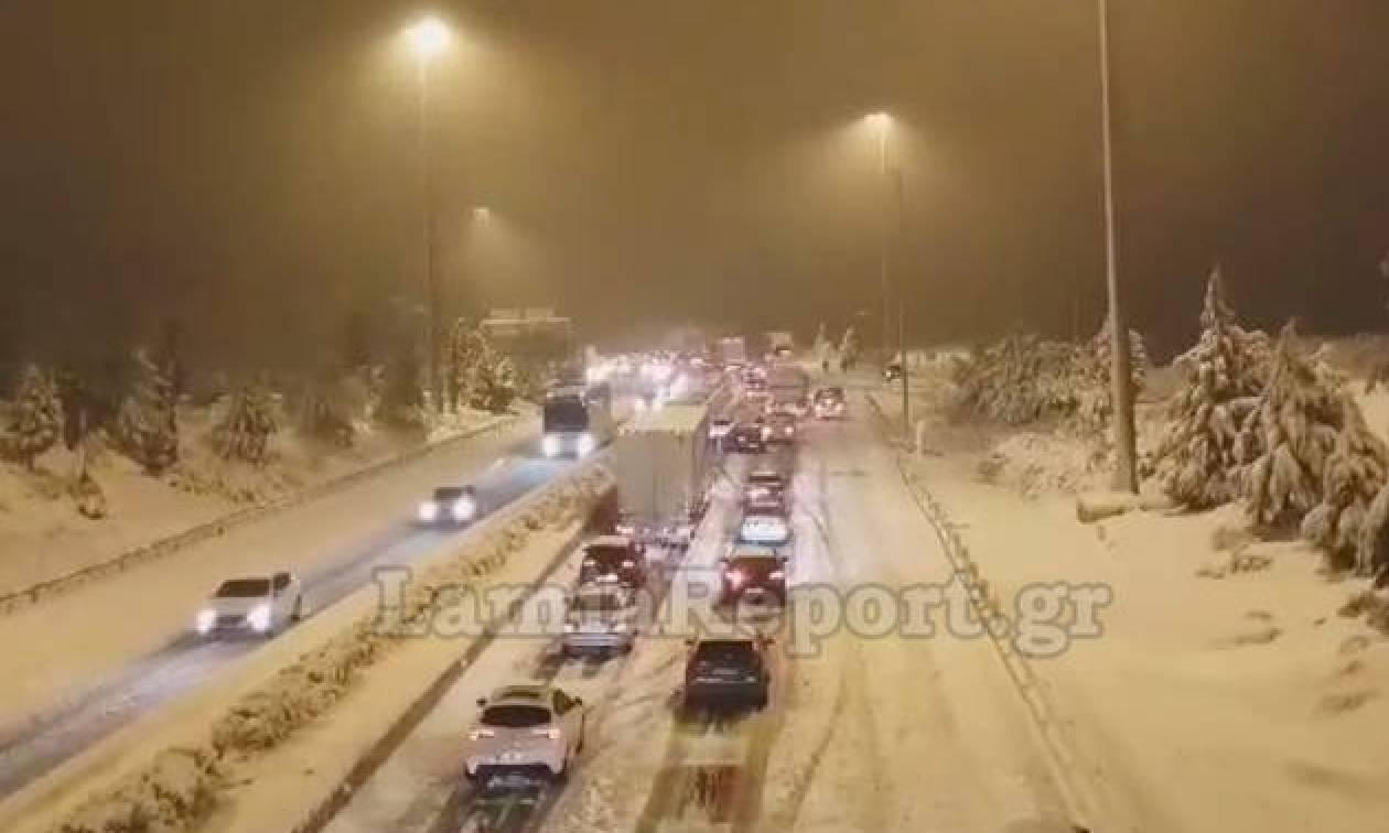 Καιρός LIVE – Γολγοθάς στην Αθηνών – Λαμίας: Oδηγοί εγκλωβίστηκαν σε ουρά 15 χιλιομέτρων λόγω χιονιά