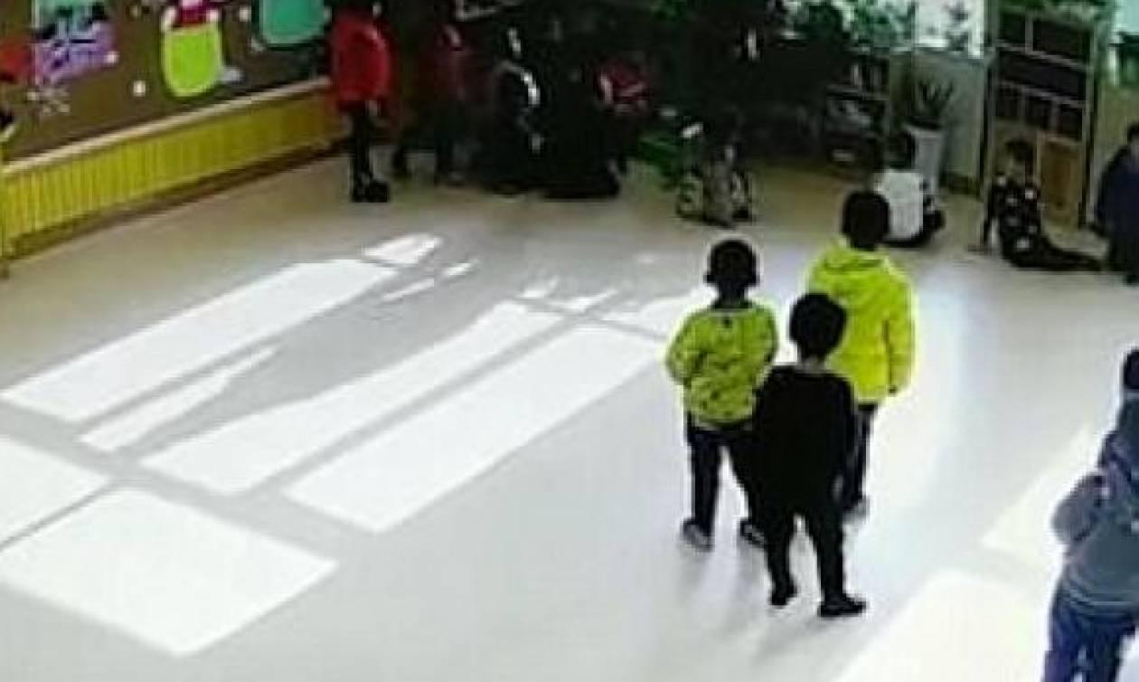 Αδιανόητο! Δασκάλα χτυπάει μαθητές της στο νηπιαγωγείο με γροθιές και κλωτσιές (video)