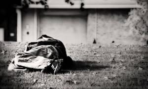 Χανιά: Κοιμάται στο κρύο με μία βαλίτσα και τα σκυλιά του