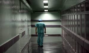 ΙΣΑ: Καταδικάζει το «φακελάκι» και ζητά αξιοπρεπείς αμοιβές για τους γιατρούς του ΕΣΥ