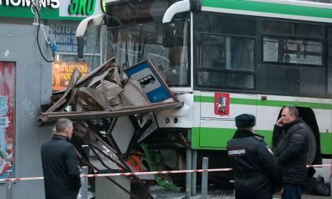Автобус наехал на остановку общественного транспорта в Москве