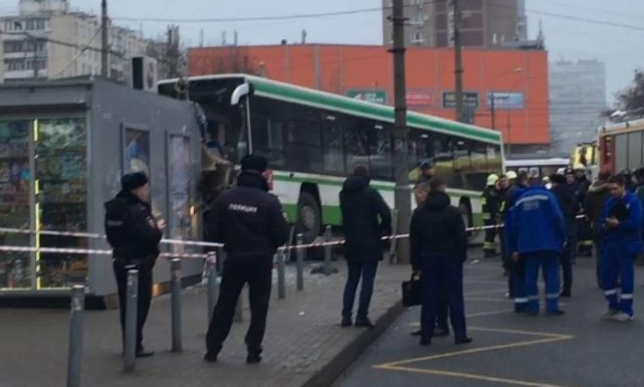 Μόσχα: Λεωφορείο παρέσυρε πεζούς σε στάση - Τουλάχιστον τρεις τραυματίες (vids)