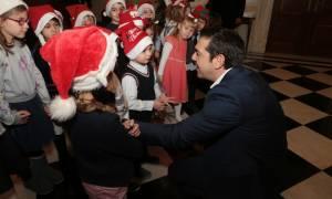 Πρωτοχρονιά 2018: Παιδικές φωνές και κάλαντα για τον Αλέξη Τσίπρα στο Μέγαρο Μαξίμου (pics)