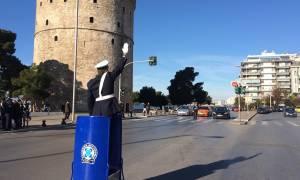Θεσσαλονίκη: Ο τροχονόμος επέστρεψε με το βαρέλι του στον Λευκό Πύργο (pics&vid)