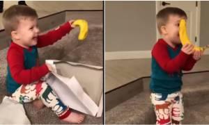 Η αντίδραση του 2χρονου αγοριού στο δώρο του Άγιου Βασίλη, είναι ένα γερό μάθημα για τους ενήλικες