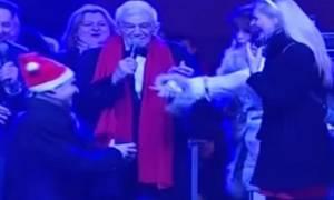 Θεσσαλονίκη: Με πρόταση γάμου άλλαξαν τη χρονιά στην πλατεία Αριστοτέλους (video)