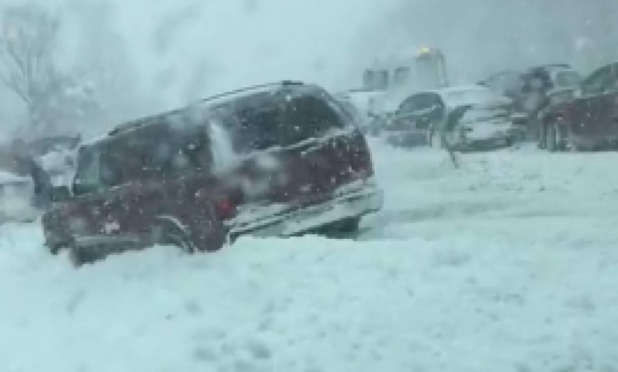 Σοκαριστικό... πατινάζ και τρελή καραμπόλα αυτοκινήτων σε χιονισμένο δρόμο (Video)