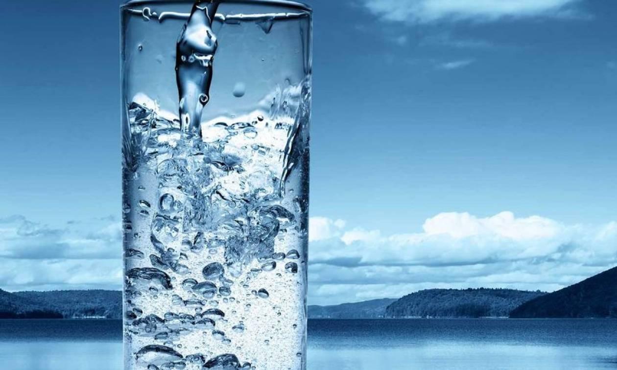«Ωμό νερό»: Σάλος με τη νέα παρανοϊκή και άκρως επικίνδυνη «μόδα»