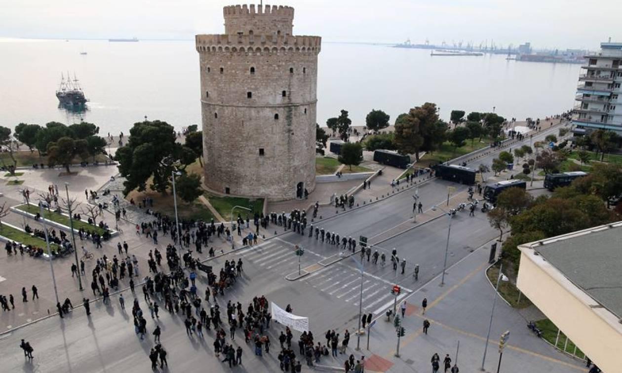 Θεσσαλονίκη: Συλλαλητήριο για την ονομασία των Σκοπίων – Μαζεύουν υπογραφές για τον όρο «Μακεδονία»