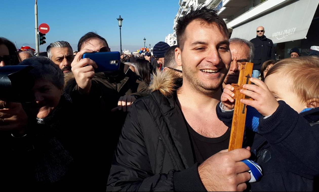 Θεσσαλονίκη: 28χρονος αστυνομικός ο τυχερός που έπιασε τον Σταυρό (pics&vid)