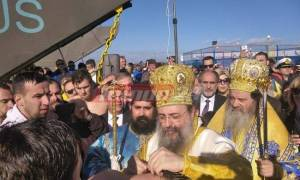 Θεοφάνεια: Δεκάδες Πατρινοί έπεσαν στα νερά του βορείου λιμανιού για να πιάσουν τον Σταυρό