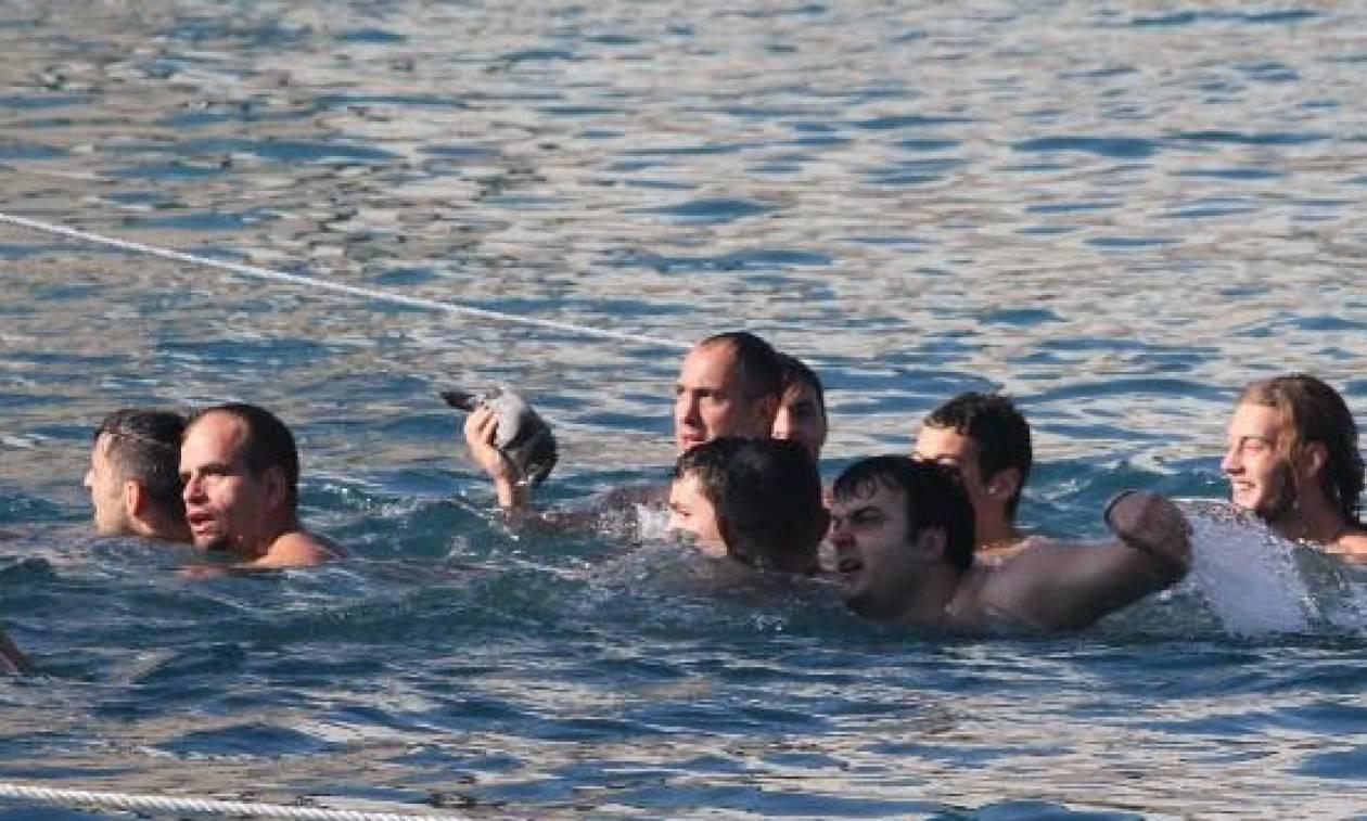 Θεοφάνεια 2018: Δεν ξανάγινε ΠΟΤΕ - Στην Καλαμάτα «απελευθέρωσαν» ψόφιο περιστέρι! (vid)