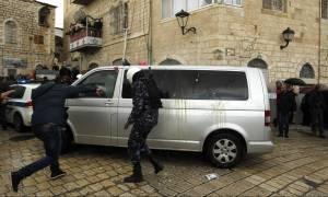 Επίθεση με πέτρες στο αυτοκίνητο του Πατριάρχη Ιεροσολύμων - Καρέ-καρέ η στιγμή της επίθεσης (Vid)