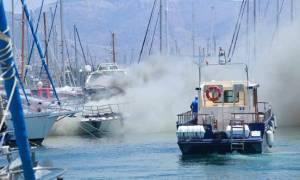 Φωτιά ΤΩΡΑ: Στις φλόγες σκάφος στον Άλιμο