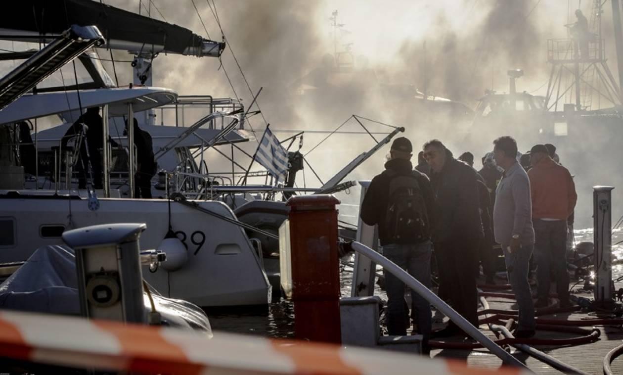 Υπό έλεγχο η πυρκαγιά σε σκάφος στον Άλιμο (pics)