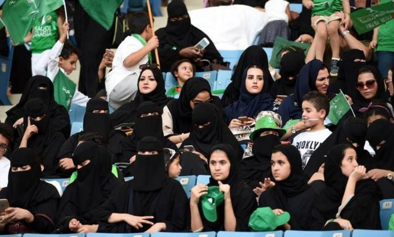 Έπεσε κι αυτό το κάστρο: Οι γυναίκες στη Σαουδική Αραβία μπορούν πλέον να παρακολουθούν ποδόσφαιρο