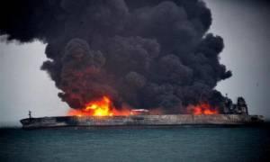 Νότια Κορέα: Η φωτιά στο ιρανικό δεξαμενόπλοιο μπορεί να κρατήσει ένα μήνα