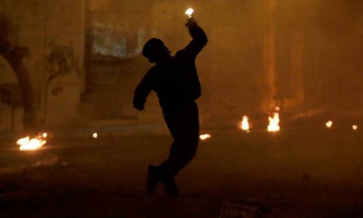Νέες επιθέσεις με μολότοφ σε διμοιρίες των ΜΑΤ στα Εξάρχεια