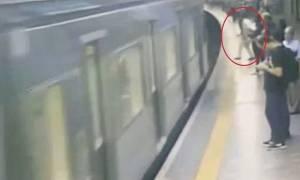 Σοκαριστικό βίντεο: Διαταραγμένος άνδρας έσπρωξε άγνωστη γυναίκα στις ράγες του τρένου!