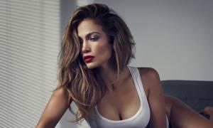 Πάρε βαθιά ανάσα καάσα και δες την Jennifer Lopez να ποζάρει φορώντας μόνο το μαγιό της