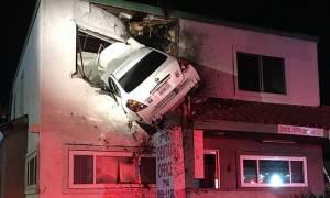 «Ιπτάμενο» αυτοκίνητο καρφώθηκε στο δεύτερο όροφο οδοντιατρείου