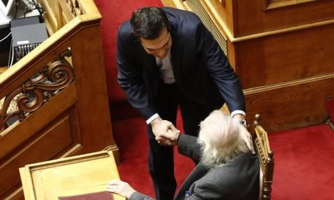 Πολυνομοσχέδιο: Στη Βουλή ο Μανώλης Γλέζος - Η χειραψία με τον Αλέξη Τσίπρα (pics)