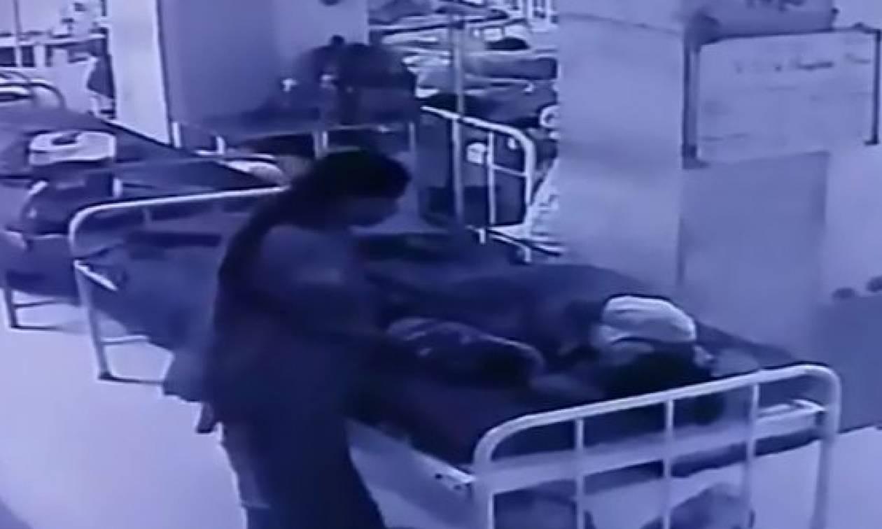Ανατριχιαστικό ντοκουμέντο: Γυναίκα αρπάζει νεογέννητο την ώρα που κοιμάται δίπλα στη μητέρα του