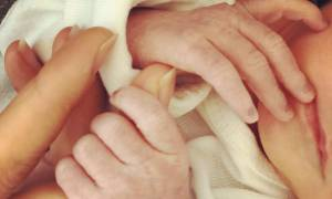 Ήρθε στον κόσμο ο γιος τους και με αυτή τη φωτογραφία ανακοίνωσαν τη γέννησή του