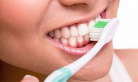 Οδοντόβουρτσα: Κινδυνεύετε από μυκητίαση ή στοματίτιδα αν δεν...