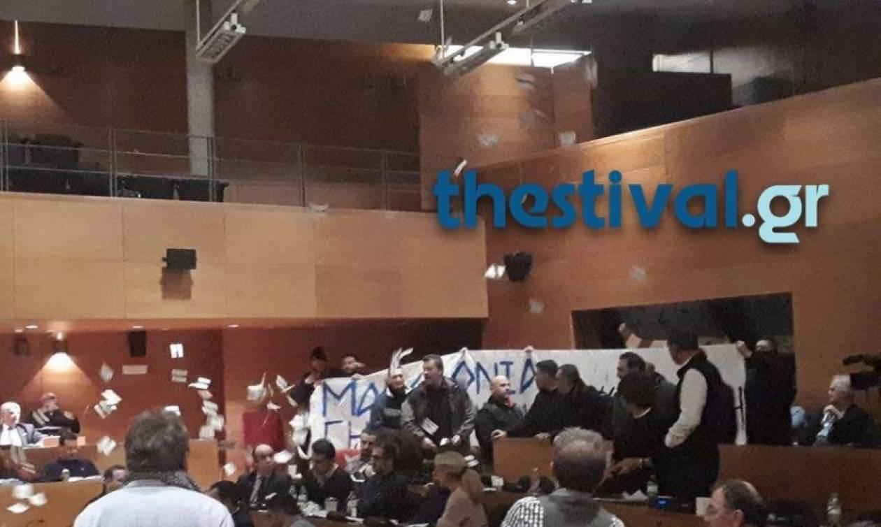 Χαμός στο δημοτικό συμβούλιο Θεσσαλονίκης - Εισβολή μελών της Χρυσής Αυγής