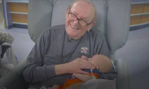 Επί 12 χρόνια επισκέπτεται νεογέννητα σε μονάδα εντατικής θεραπείας προσφέροντάς τα μια αγκαλιά